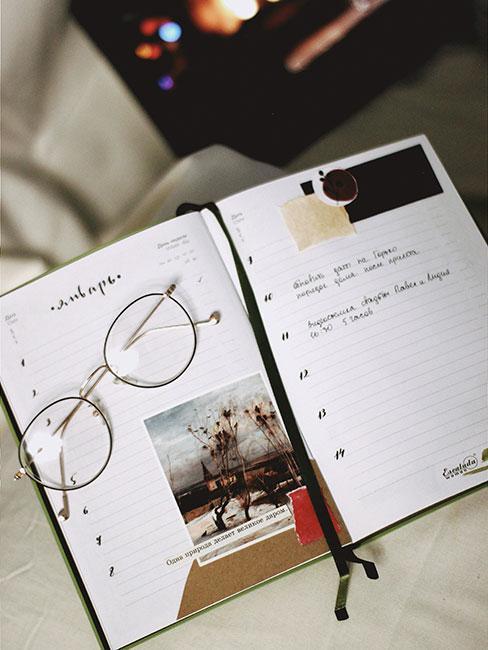 Bullet journal otwarty na stronie ze zdjęciem i próbkami tkanin
