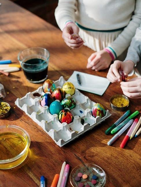 Zbliżenie na kolorowe pisanki malowane ręcznie