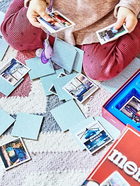 Zbliżenie na rączki dziecka grającego w grę memory