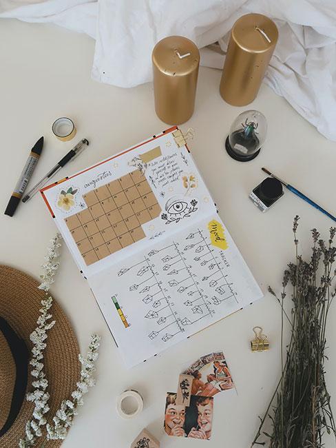 Bullet journal otwarty na stronie z kalendarzem
