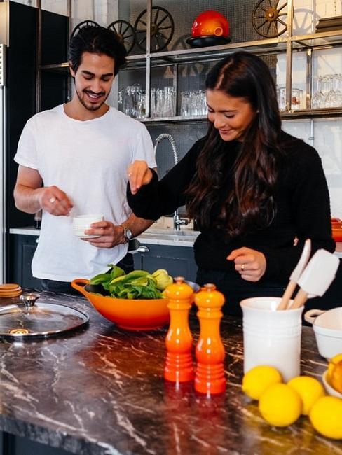Młoda para gotująca razem w kuchni