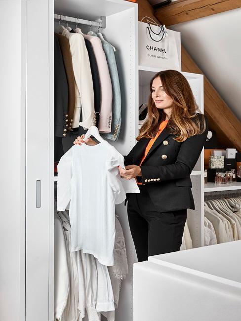 Młoda kobieta przeglądająca swoją szafę