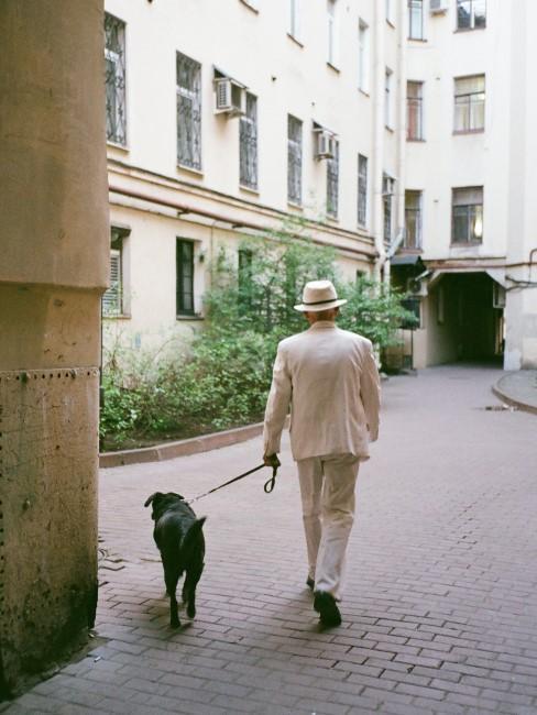Mężczyzna spacerujący z psem