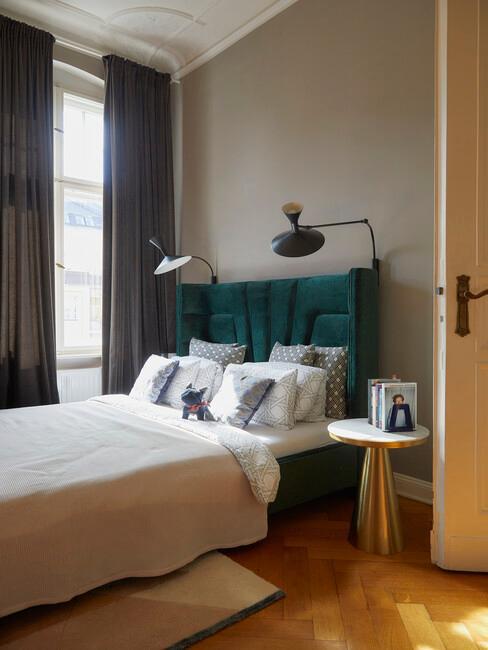Sypialnia w trendzie maksymalizmu z łożkiem z taicerowanym zagłówkiem oraz srebrnym stolikiem kawowym