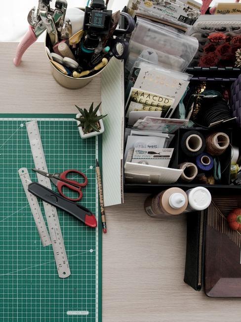 Fragment stołu na którym wykonywane jest DIY
