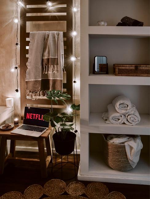 Łazienka w stonowanych barwach z jutowym dywanikiem, bawełnianymi ręcznikami, wiklinowymi koszami i nastrojowym oświetleniem