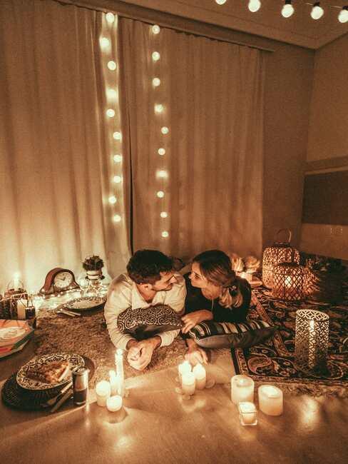 Salon z duzą ilością świeczek, lampek cotton balls, poduszkami