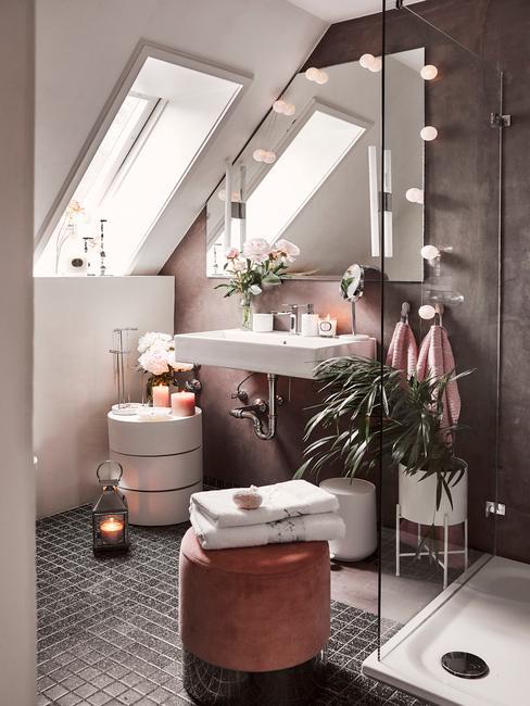 łazienka na poddaszu z prysznicem, pufem, stoliczkiem pomocniczym i dekoracjami