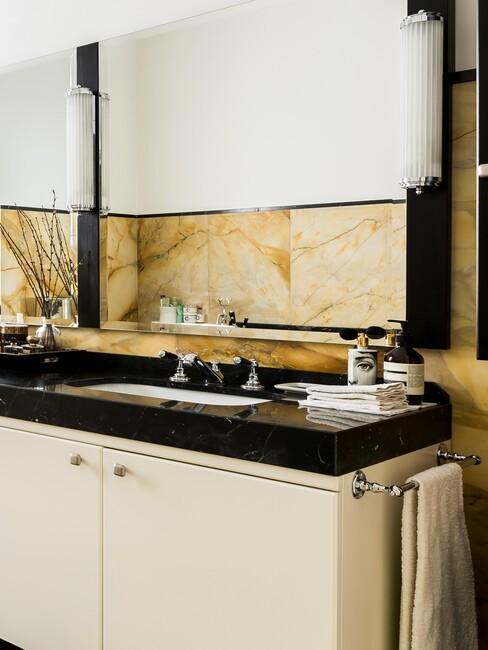 łazienka w stylu glamour z beżowymi płytkami, lustrem i dodatkami