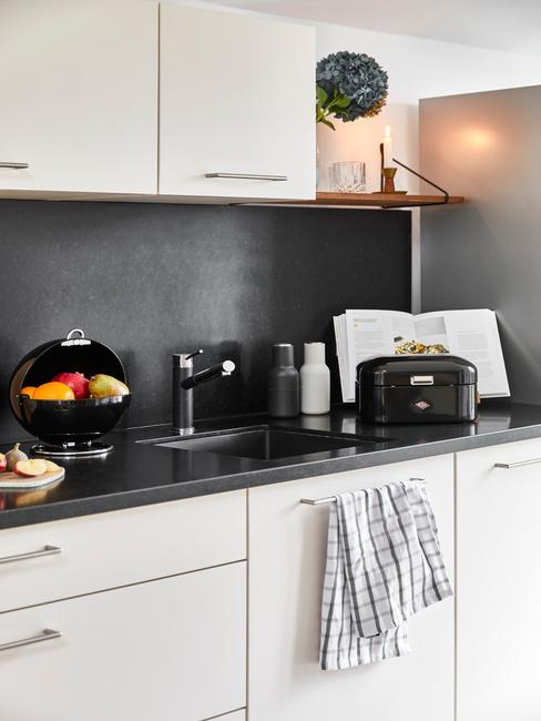 nowoczesna białoszara kuchnia z czarnymi akcesoriami