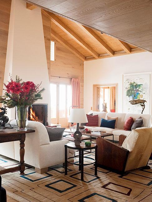 Elegancki kurort górski w sytlu chalet z białymi sofami i klasycznymi meblami z drewna