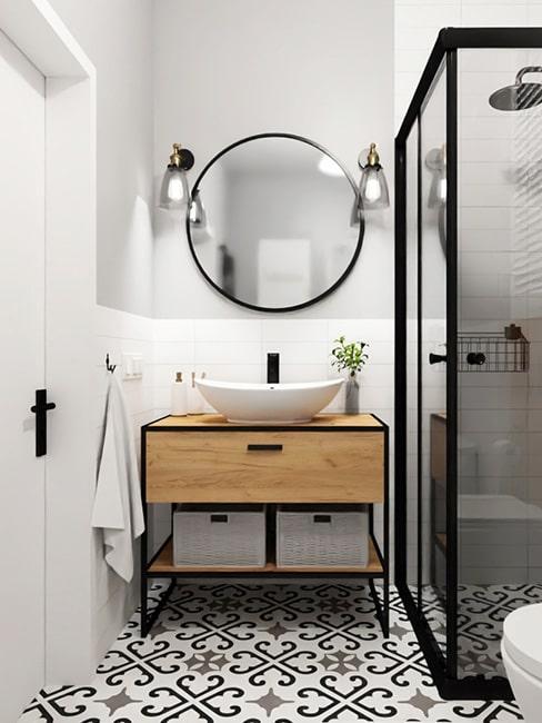 mała łazienka z drewnianą komodą na metalowych nogach i czarnymi akcentami