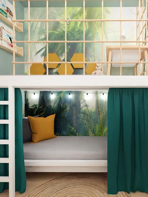 mała leżankaza zieloną kotarą pod małą antresolą na tle fototapety z palmą