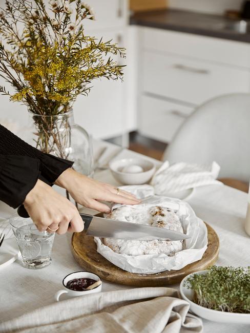 Stół wielkanocny z bieli oraz drewnianymi elementami zastawy