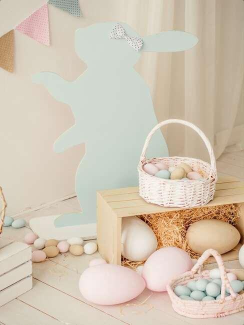 Zbliżenie na dekorację wielkanocną we wnętrzu z zajączka wielkanocnego, drewnianej ławki, koszyczka wielkanocnego i dużych pisanek