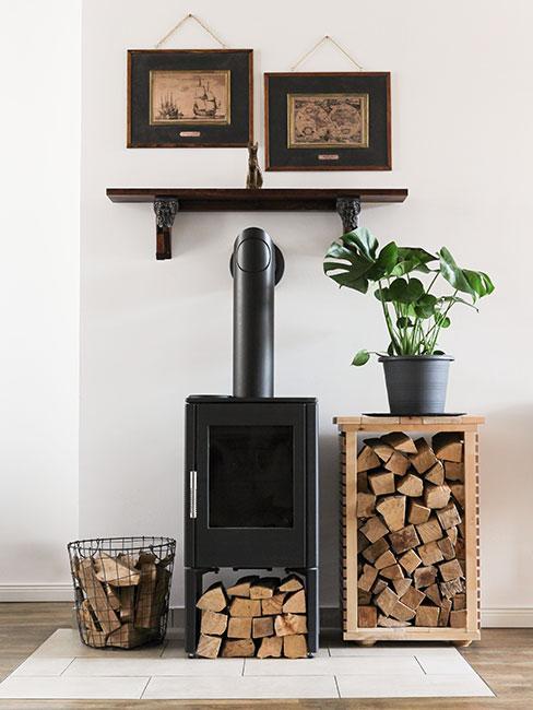 Czarny biokominek na drewno na tle białej ściany