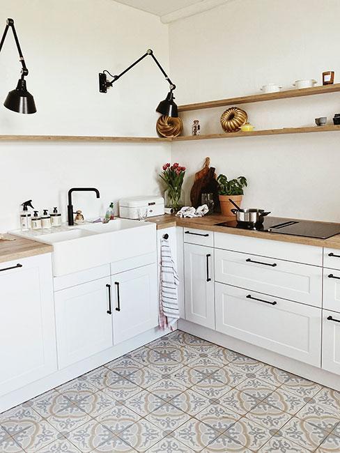kuchnia w kształcie litery L w bieli z szarą podłogą i drewnianymi półkami