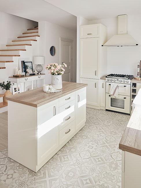 kuchnia w kształcie litery L w bieli z wyspą z drewnianym blatem