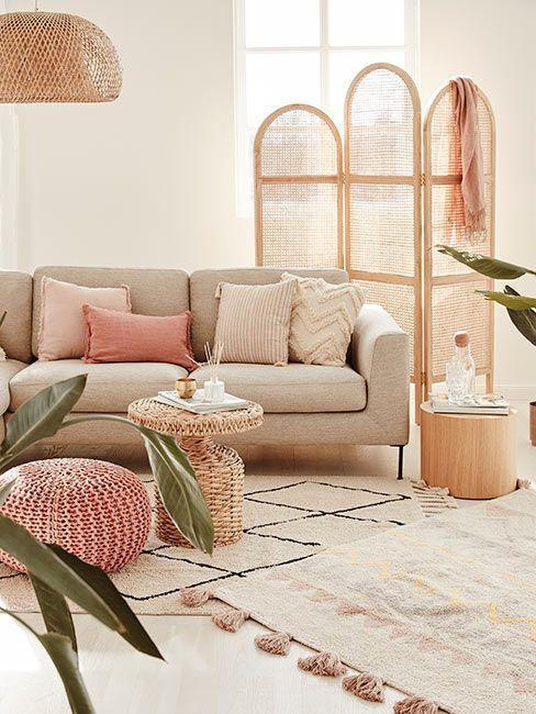 Przytulny salon w delikatnych, ciepłych odcieniach kremu i różu