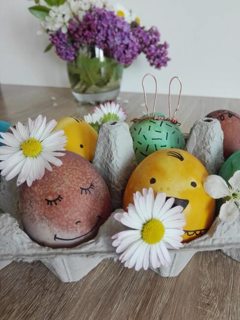 Stroik wielkanocny z pudelka po jajkach, udekorowany kwiatami i pisankami