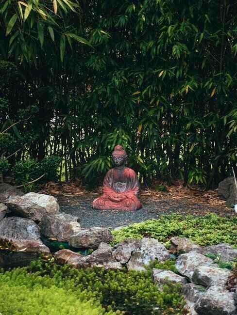 Ogród japoński z figurką Buddy pod drzewem