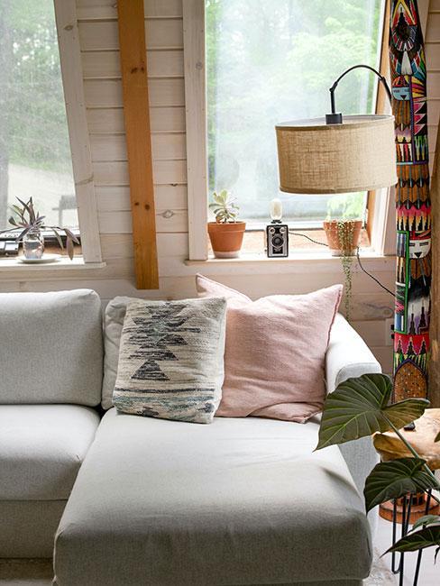 Tekstylia w jasnych odcieniach w salonie