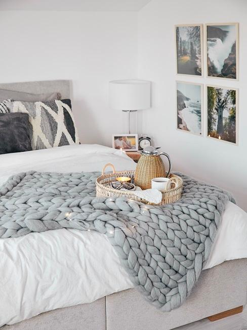 Przytulna sypialnia w jasnych barwach