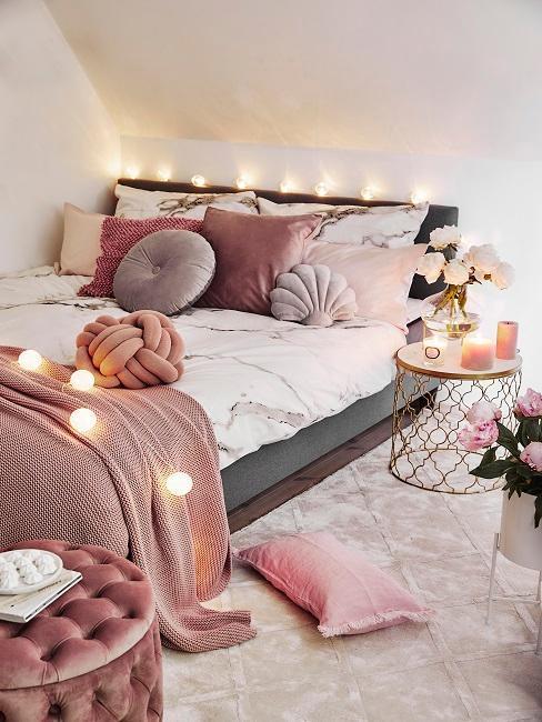 Lampeczki zawieszone nad łóżkiem w sypialni