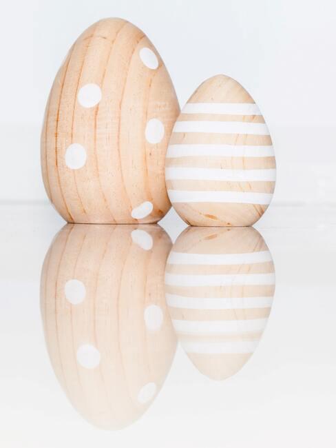 Wielkanocne pisanki we wzory wykonane z drewna