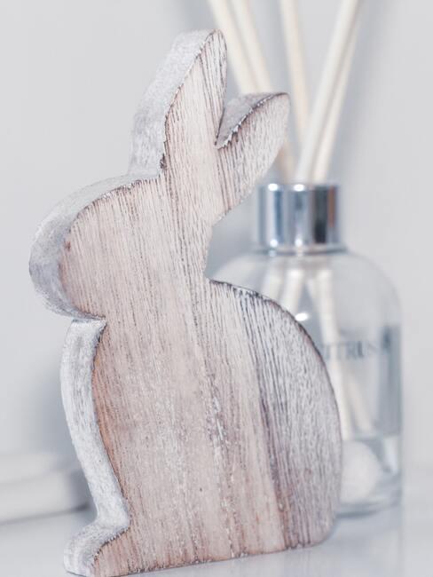 Zajączek wielkanocny z drewna na białej komodzie