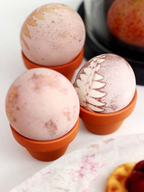 Jajka wielkanocne z roślinnym motywem w kieliszkach do jajek