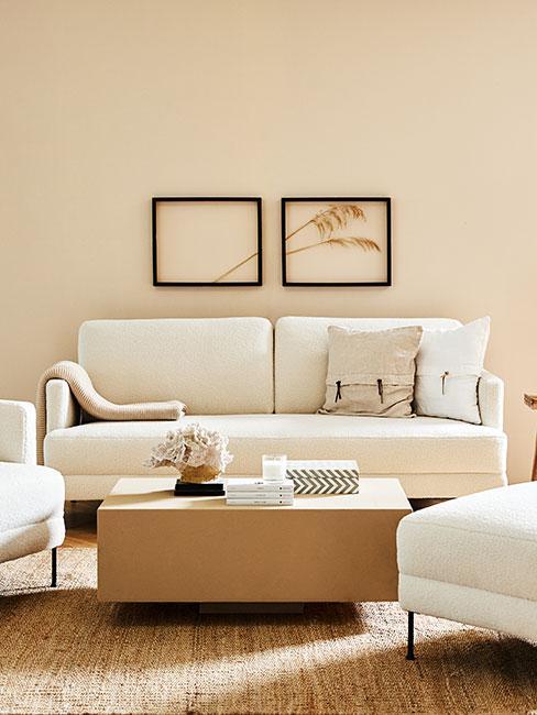 Przytulna aranżacja salonu z białymi meblami i beżowymi ścianami