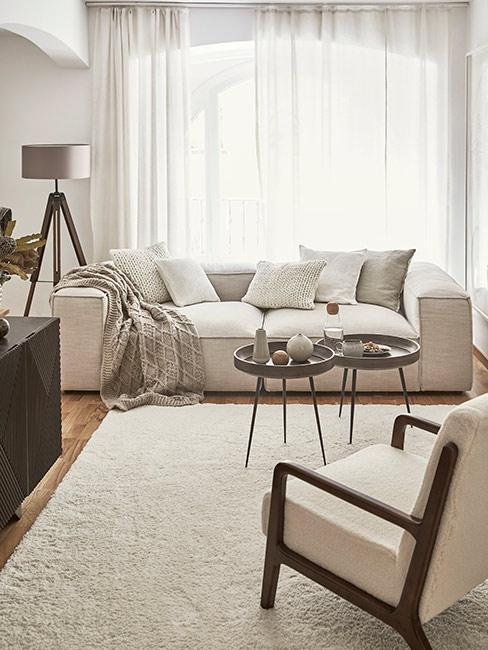 Przytulny salon, szare i brązowe meble, biały puchaty dywan