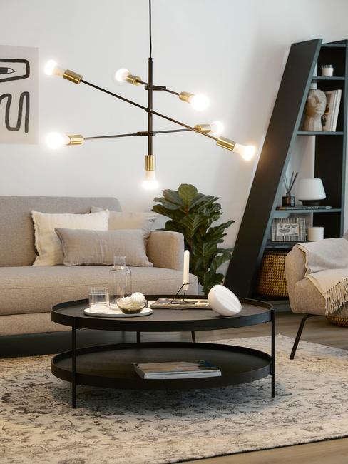 Salon z nowoczesnym żyrandolem i czarnym stolikiem
