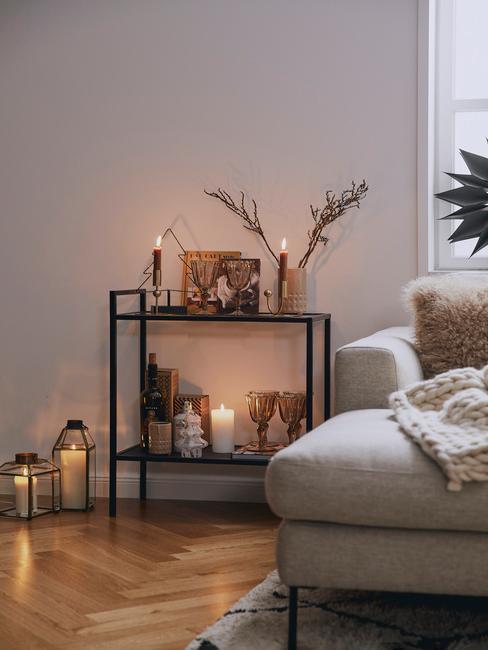 Salon z półeczką z lampkami, klimatyczne oświetlenie