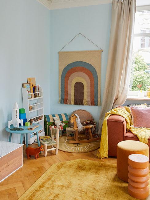 Kącik do zabawy dla dziecka w salonie w ciepłych kolorach