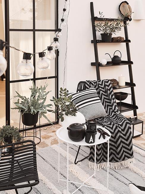 Biało-czarne dekoracje na tarasie przytulnego domu