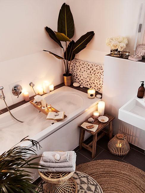 Mała łazienka w stylu boho oświetlona świeczkami