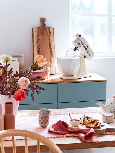 Kolorowa kuchnia w stylu skandi ze stylowym robotem kuchennym