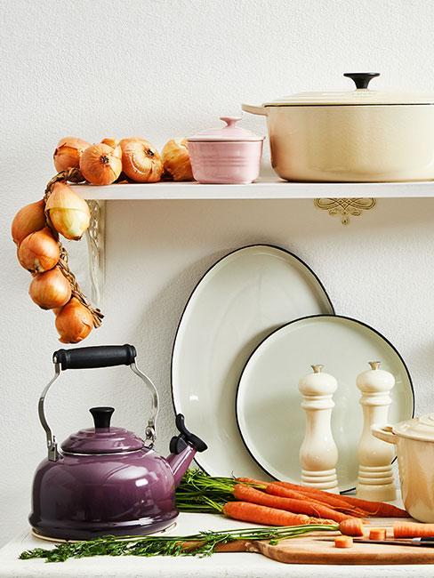 Jasna kuchnia z fioletowym czajnikiem i półką, na której jest jasne naczynie żaroodporne i cebula