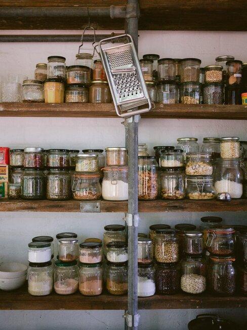 Słoiki pełne zapasów żywności na półkach w spiżarni