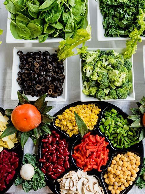Kolorowe warzywa w małych półmiskach
