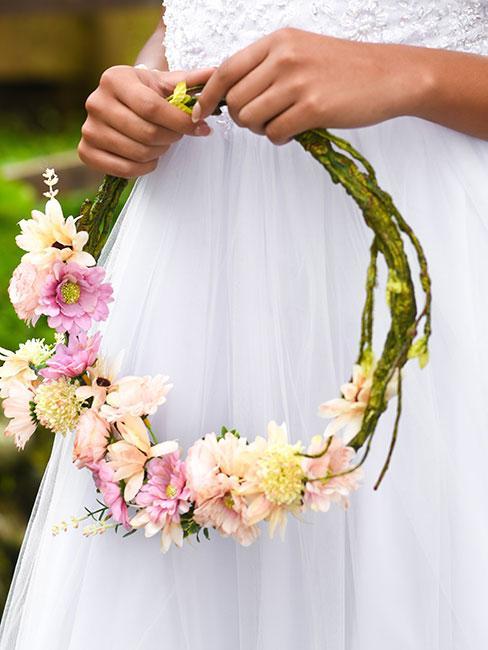 wiosenny wianek z różowych i żółtych kwiatów
