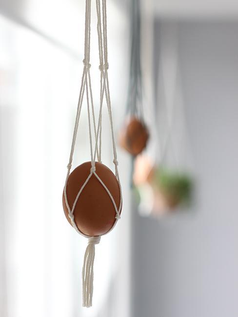 Jajko wielkanocne jako boho stroik przy oknie