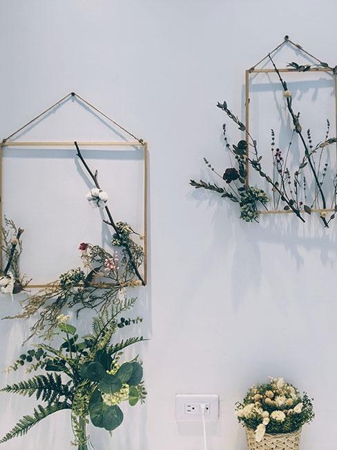 Ramki zawieszone na ścianie z gałązkami kwiatów