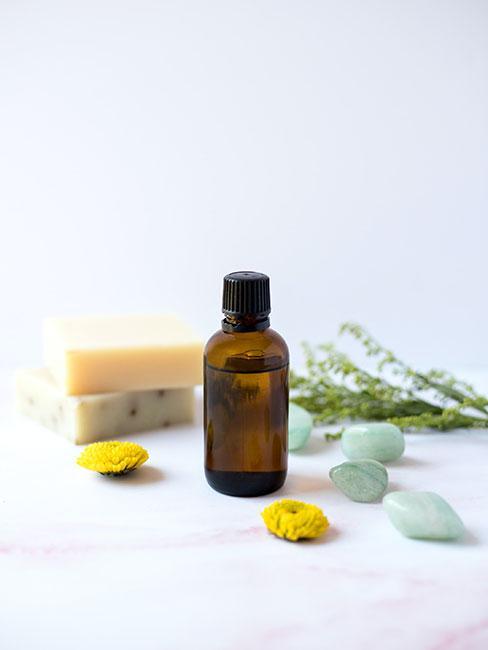 olejek eteryczyn obok naturalnego mydła