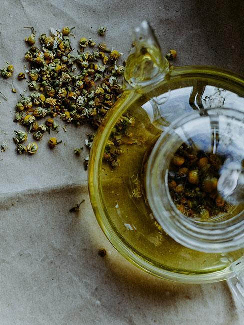 Napar z rumianku w szklanym czajniku