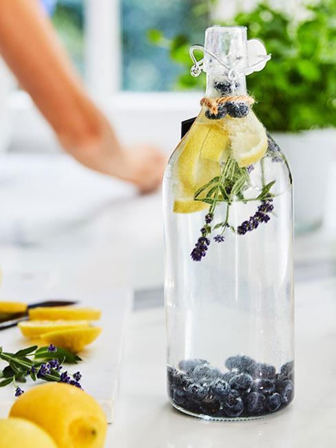 Lemoniada z lawendą, cytryną i borówkami w szklanej butelce