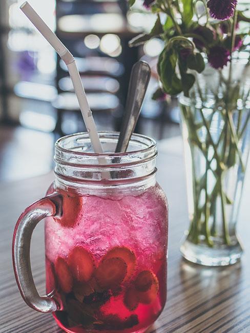 Lemoiniada z truskawkami w szklance