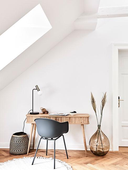 Biuro domowe w stylu boho i naturalnych kolorach na poddaszu